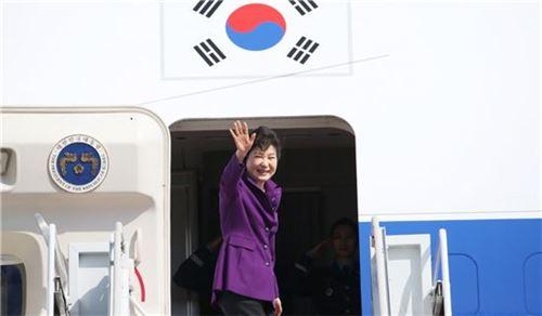 전용기에 오르고 있는 박근혜 대통령<사진=청와대>