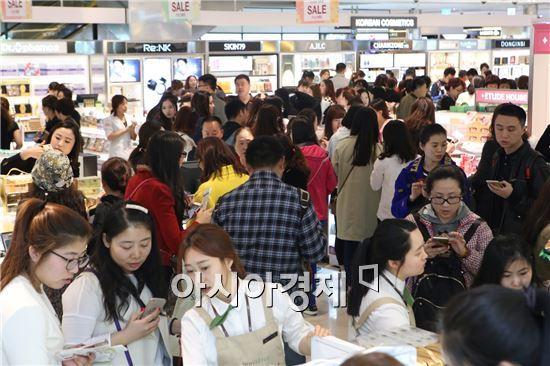 서울 시내 한 면세점에서 중국인 관광객들이 쇼핑을 하고 있다.