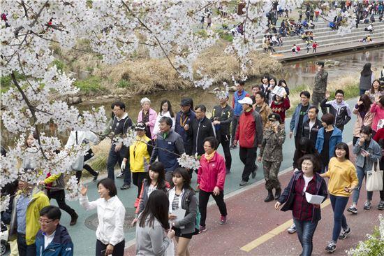 김우영 은평구청장과 구민들이 불광천을 따라 걷고 있다.
