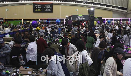 인천 송도 컨벤시아에서 진행된 '롯데 블랙 슈퍼쇼' 1차 행사 사진