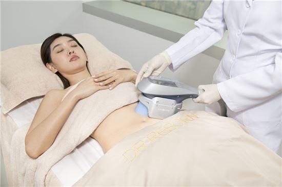 홍콩 유니언 메디컬 헬스케어(UMH) 산하 '닥터 리본' 클리닉에서 한 여성이 살빼기 성형시술을 받고 있다(사진=UMH).