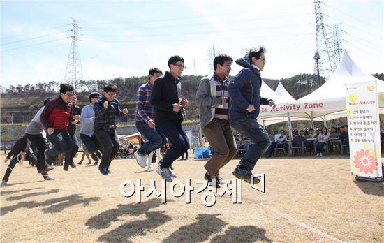 ▲4일 LG디스플레이 임직원들이 팀 대항 '단체 줄넘기'에 참여하고 있다.(제공=LG디스플레이)