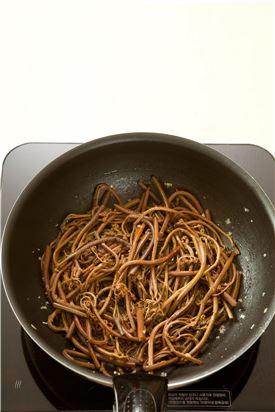2.냄비에 들기름을 두르고 고사리를 볶다가 물 4를 넣어 뚜껑을 덮어 끓으면 은근한 불에서 5분 정도 익힌다.