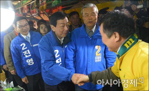 [포토]상인들과 인사하는 진영 후보