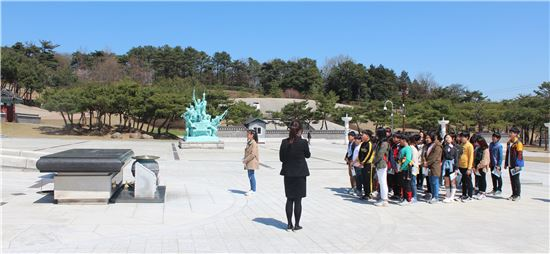광주용봉초등학교(교장 김도수)가 지난 5일 5·18 민주화운동 36주년을 맞아 5·18 자유공원을 거쳐 국립5·18민주묘지를 경유하는 역사 체험학습을 실시했다.