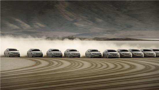 네바다 사막위를 달리고 있는 현대차의 제네시스.