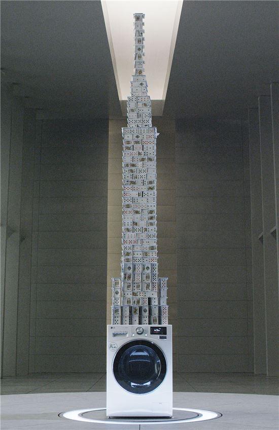 LG전자가 '카드쌓기' 세계기록 보유자인 브라이언 버그(Bryan Berg)와 함께 1,000rpm(모터가 1분에 1,000회 회전)의 속도로 돌고 있는 LG 저진동 드럼세탁기 위에 3.3m 높이의 카드탑을 쌓는 데 성공했다.