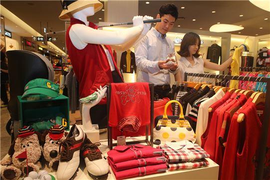 박근혜 대통령의 '공직자 골프 해금령'으로 국내 골프 관련 시장이 소비진작 효과를 기대하고 있다. 사진은 현대백화점의 한 골프매장에서 고객들이 제품을 고르고 있는 모습.(사진=현대백화점 제공)