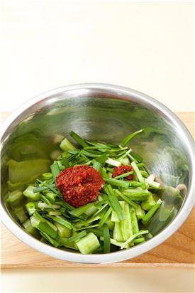 3. 분량의 양념 재료를 섞어 고춧가루가 불면 오이를 넣고 버무린다.  (Tip 오이송송이는 오래 두고 먹는 김치가 아니니 그때그때 만들어 먹는다.)