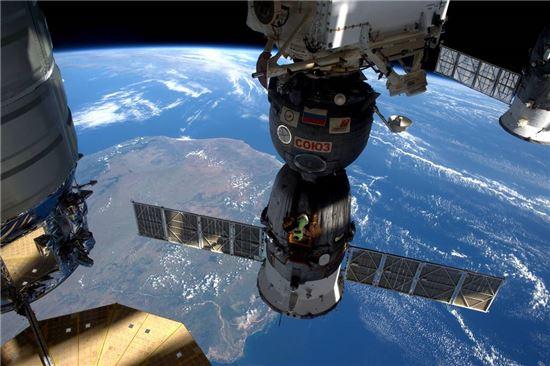 ▲스페이스X와 경쟁을 벌이고 있는 오비탈ATK의 '시그너스'(왼쪽)를 비롯한 세 개의 우주선이 ISS에 도킹해 있다.[사진제공=NASA]