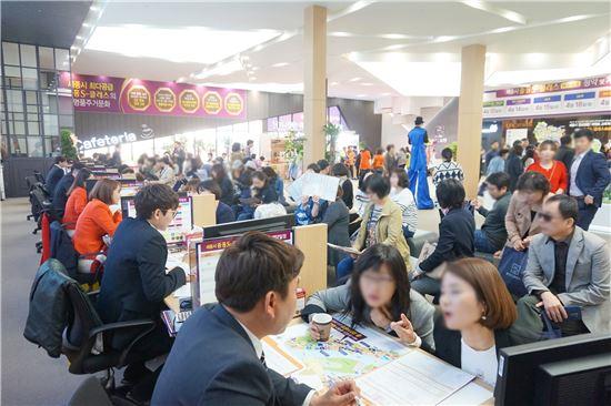 중흥S-클래스 에듀마크 견본주택 방문객들이 청약 상담을 받고 있다.