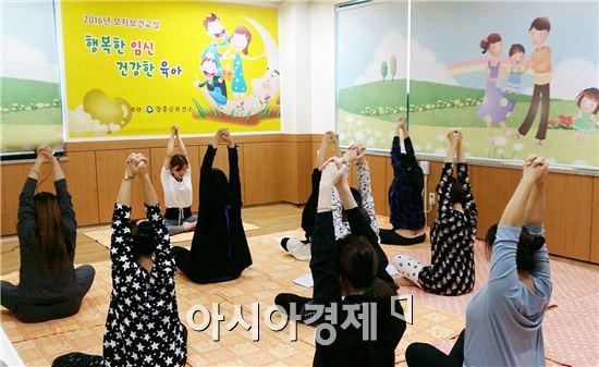 최근 엄마의 행복을 강조한 육아법이 조명을 받는 가운데 장흥군에서 다양한 형태의 감성 육아 코칭 교실이 열려 화제가 되고 있다.