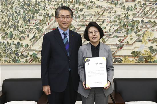 김영종 종로구청장(왼쪽)과 김숙희 '아이들극장' 예술감독