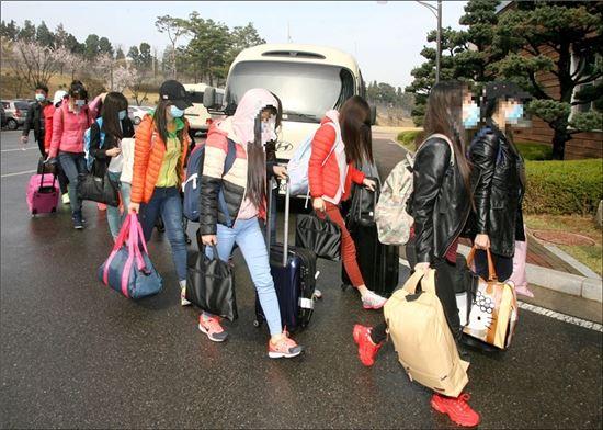 북한의 해외식당에서 근무하던 종업원 13명이 집단으로 탈출해 7일 남한으로 입국했다. (사진=통일부)