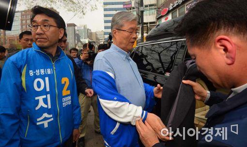 [포토]옷 벗는 김종인 더민주 대표