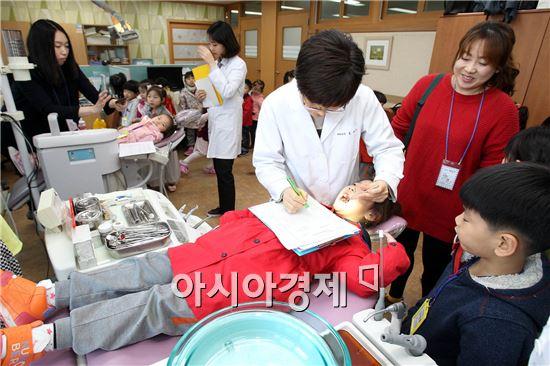 광주 북구 보건소(소장 김은숙)는 8일 구강보건실에서 어린이들의 건강한 치아와 구강질환을 예방하기 위해 어린이집 원생들을 대상으로 새싹들의 치아튼튼교실을 열었다.