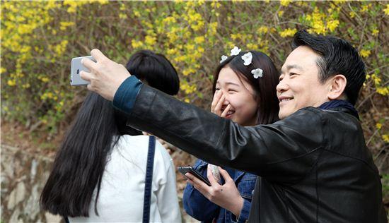 남경필 경기지사가 벚꽃축제장을 찾은 학생과 사진을 찍고 있다.