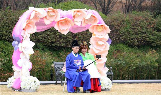 경기도가 도지사공관을 굿모닝하우스로 개조, 일반시민에 공개한 가운데 작은결혼식장 앞에서 신혼부부가 기념촬영을 하고 있다.