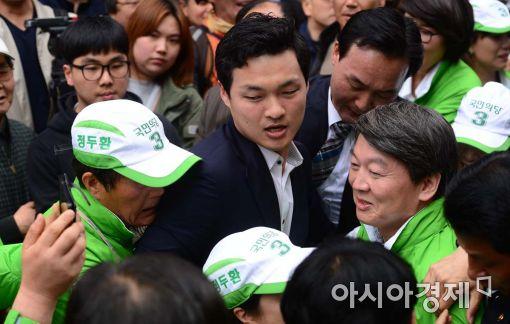 [포토]붙잡힌 안철수 국민의당 대표