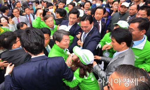 [포토]아수라장 된 국민의당 유세현장