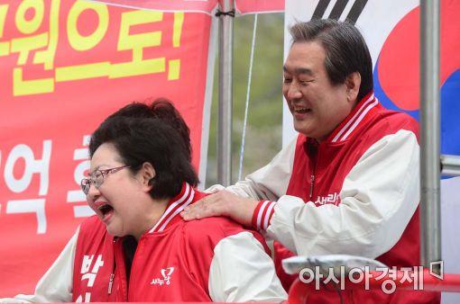 [포토]김을동 후보 안마해주는 김무성 대표
