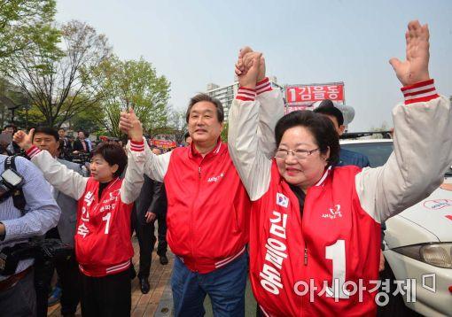 [포토]두 손 번쩍 든 김무성 대표