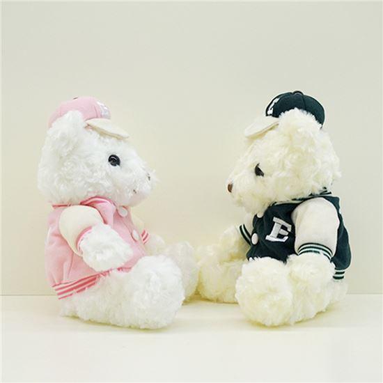 최근 이화여대에서는 학교점퍼를 입은 곰인형 기념품이 인기를 끌고 있다.