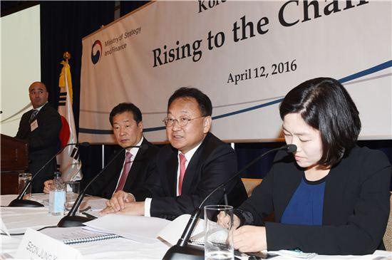 유일호 경제부총리 겸 기획재정부 장관은 지난 12일(현지시간) 미국 뉴욕에서 열린 한국경제설명회에서 발표를 하고 있다.
