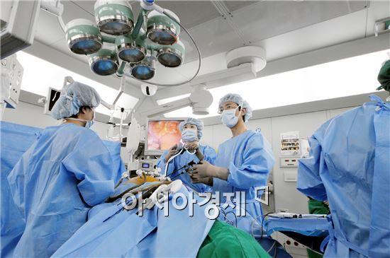 대장암 복강경 수술중인 의료진.