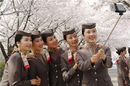 [포토]아시아나 신입 승무원들 벚꽃 배경 삼아 찰칵