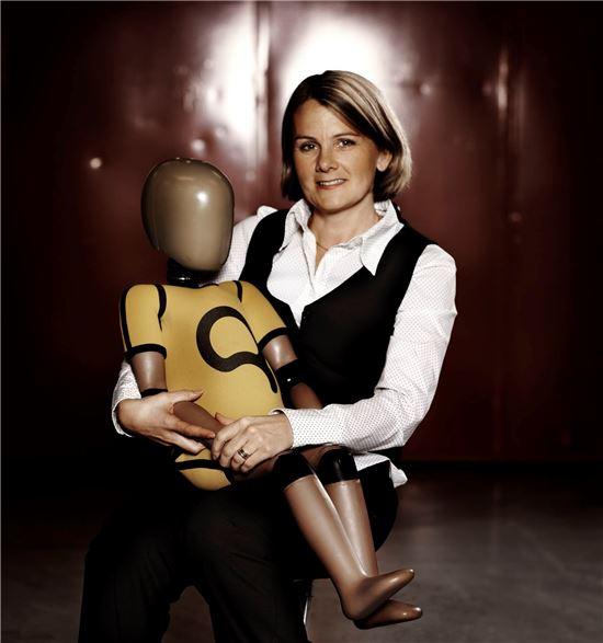 로타 야콥슨 볼보자동차 안전센터 수석연구원이 어린이용 인체모형(더미)을 안고 있다.