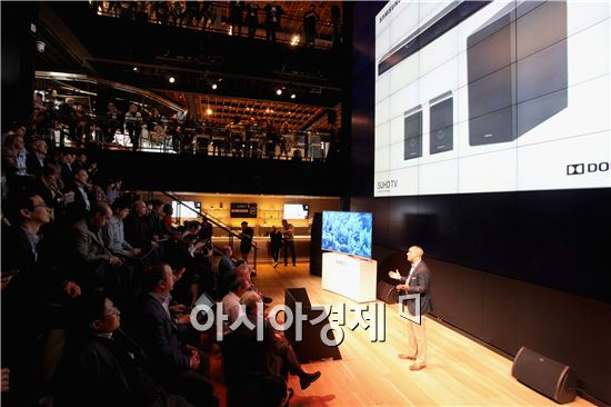 ▲12일(현지시간) 미국 뉴욕 '삼성 뉴욕 마케팅센터'를 찾은 관람객들이 삼성 SUHD TV를 살펴보고 있다.(제공=삼성전자)