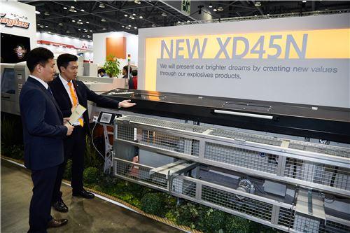 ▲㈜한화는 13일부터 17일까지 일산 킨텍스에서 열리고 있는 'SIMTOS 2016'에 참가해 자동선반 신기종인 XD45(N)와 XD20Ⅱ(NH) 등 신제품을 선보이고 있다.