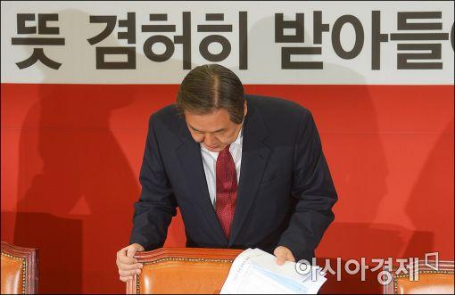 [포토]고개숙인 김무성 대표