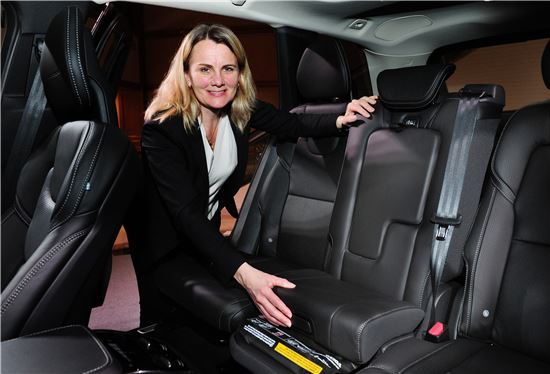 로타 야콥슨 볼보자동차 안전센터 수석연구원이 신형 XC90의 부스트 쿠션을 보여주고 있다.