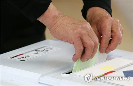 한 유권자가 투표함에 투표용지를 넣고 있다. (사진=연합뉴스)