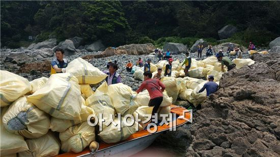 완도군 낭장망 협회가 노화읍 동고 목섬 주변에 방치된 해양쓰레기 폐스티로폼 350㎥· 폐어구 15톤을 수거 했다.