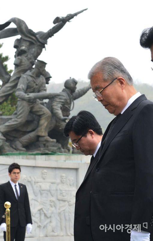 [포토]묵념하는 김종인 더민주 대표