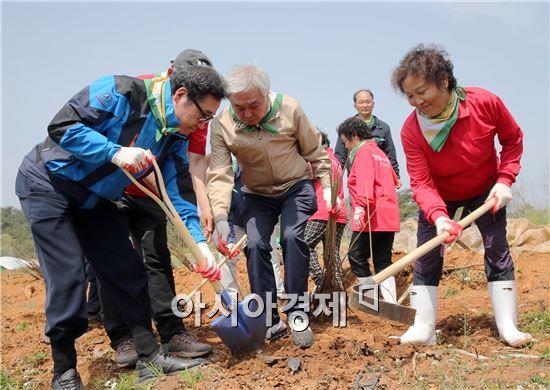 이낙연 전남지사가 14일 오전 순천시 주암면 문성마을에서 열린 주민참여 마을 소득숲 조성사업 나무심기 행사에 참석, 옻나무를 심고 있다.