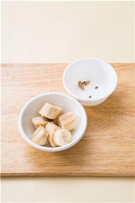 1. 얼린 바나나는 큼직하게 썰고 카다몬은 반으로 갈라 껍질은 제거하고 속에 씨만 털어 준비한다.  (Tip 바나나는 껍질째 얼리면 껍질을 벗기기 어려우니 껍질을 제거하고 얼린다.)