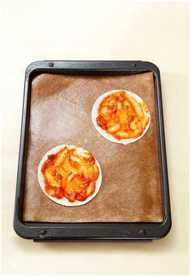 2. 만두피에 토마토소스를 바르고 베이컨, 양파, 피망을 얹는다. (Tip 만두피가 얇아서 토핑재료가 너무 많으면 찢어질 수 있다.)