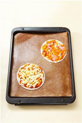 3. 피자치즈를 올려 200℃로 예열한 오븐에서 5-7분 정도 굽는다.