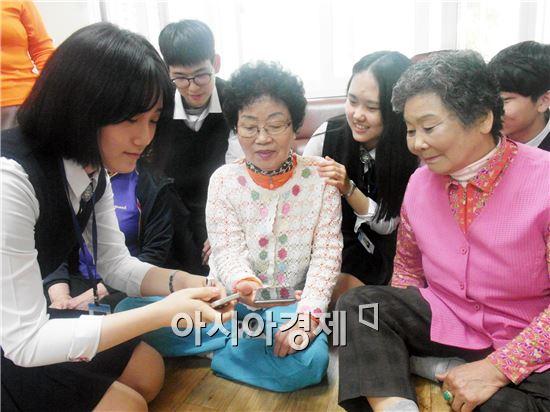 광주 숭덕고등학교 학생과 광산구 첨단1동 사회단체 회원들이 14일 지역의 경로당을 찾아 봉사활동을 펼쳤다.