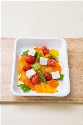 3. 그릇에 파프리카와 방울토마토를 담고 치즈와 바질을 올린다.