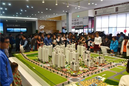 세종힐스테이트 3차 견본주택 방문객들이 단지 모형을 살펴보며 청약 상담을 기다리고 있다.