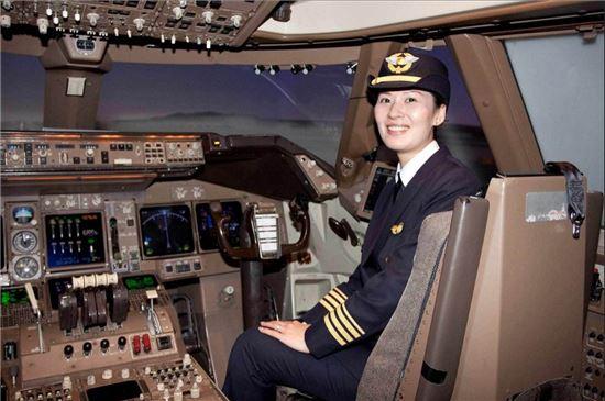 대만 에바항공은 여성 조종사 소피아 궈의 사진이 실린 광고지를 들고 다니며 현지 대학들에서 조종사 모집에 나선다. 에바항공의 조종사 1200명 가운데 여성은 50명이다(사진=에바항공).