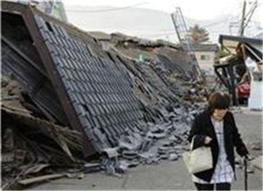 15일 구마모토현 마시키마치에서 지진으로 무너진 잔해 옆으로 주민이 지나치고 있다. (AP=연합뉴스)