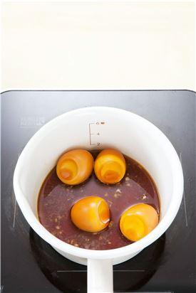 2. 냄비에 분량의 양념 재료와 구운 달걀을 넣어 은근한 불에서 조린다.