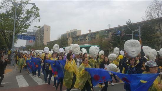 ▲16일 경기도 안산에서 열린 '416걷기 진실을 향한 걸음' 참가자들이 인형탈과 꽃만장을 들고 행진을 하고 있다.
