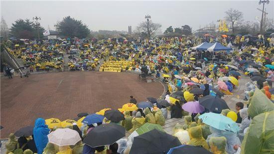 ▲16일 안산 화랑유원지 대공원장에서 열린 추모문화제 '봄을 열다' 행사에 추모객들이 비가오는 와중에도 자리를 지키고 있다.